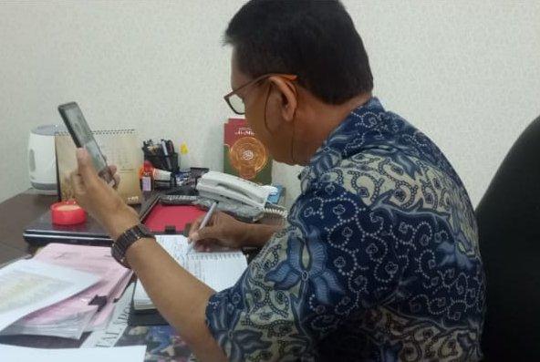 BNNP Kalimantan Timur - Ka BNNK menggelar video confrence untuk memantau aktivitas staf anggota yang sedang bekerja di rumah atau WFH .